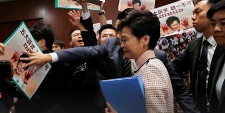 اخلال نمایندگان معترض مجلس در سخنرانی فرماندار هنگ کنگ